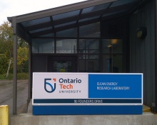 Affichage à l'entrée d'un édifice: Ontario Tech University, Clean Energy Research Laboratory, 90 Founders Drive
